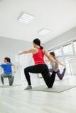 Женщины делая йогу Стоковые Фото