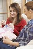 2 женщины делая лоскутное одеяло дома совместно Стоковое Изображение RF