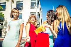 Женщины делая покупки в Беверли-Хиллз Стоковые Изображения RF