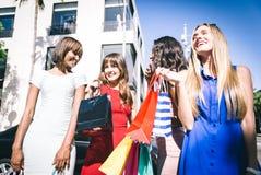 Женщины делая покупки в Беверли-Хиллз Стоковое фото RF