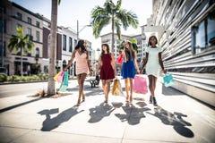 Женщины делая покупки в Беверли-Хиллз Стоковая Фотография RF