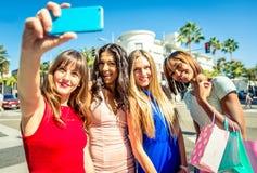 Женщины делая покупки в Беверли-Хиллз Стоковые Фотографии RF