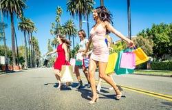 Женщины делая покупки в Беверли-Хиллз Стоковые Изображения