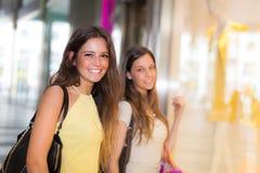 Женщины делая покупки в городе Стоковое Изображение RF