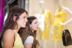 Женщины делая покупки в моле Стоковая Фотография
