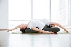 2 женщины делая протягивающ тренировки в центре йоги Стоковые Фотографии RF
