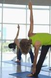 Женщины делая протягивающ тренировку Стоковое фото RF