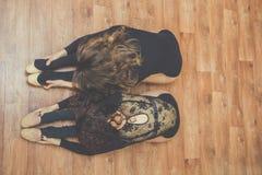 2 женщины делая протягивающ тренировку Стоковое Фото