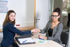 2 женщины делая рукопожатие во время встречи Стоковое фото RF