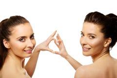 2 женщины делая сердце с пальцами Стоковые Фото