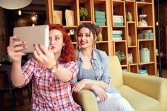2 женщины делая смешное selfie Стоковое Изображение