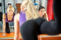 Женщины делая тренировки фитнеса стоковые фото