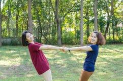 Женщины делая тренировку в парке Стоковое Фото