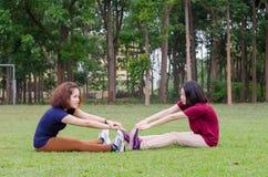 Женщины делая тренировку в парке Стоковые Изображения