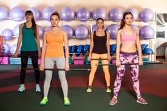 Женщины делая тренировку ноги в классе аэробики Стоковые Изображения RF