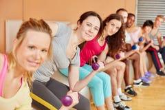 Женщины делая тренировку с весами Стоковое фото RF