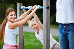 Женщины делая тренировку фитнеса в природе Стоковые Изображения RF