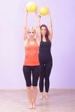 2 женщины делая тренировку Pilates Стоковое Изображение RF