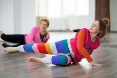 2 женщины делая физическую практику Стоковые Изображения RF