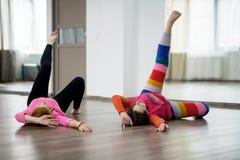 2 женщины делая физическую практику Стоковое Изображение