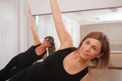 2 женщины делая фитнес exercisen в synchrony Стоковое фото RF