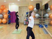 Женщины делая Pilates в спортзале стоковые фото