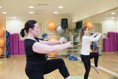 Женщины делая Pilates в спортзале стоковое фото rf