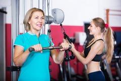 Женщины делая powerlifting на машинах Стоковые Изображения RF