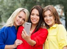 3 женщины делая selfie в парке Стоковые Изображения RF