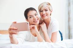 Женщины делая selfie на телефоне Стоковые Изображения RF