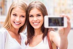 Женщины делая selfie Стоковая Фотография RF