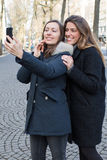 2 женщины делая selfie Стоковое Изображение RF