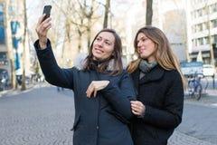 2 женщины делая selfie Стоковые Фотографии RF