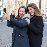2 женщины делая selfie Стоковая Фотография RF