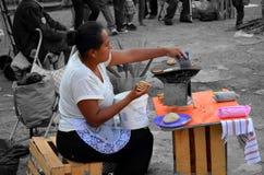 Женщины делая tortillas в мексиканськом рынке Стоковые Изображения RF