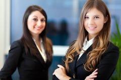 2 женщины дела в офисе Стоковая Фотография RF