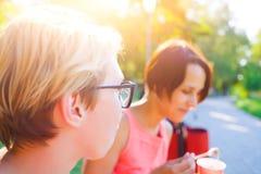 2 женщины едят мороженое в парке Стоковое Изображение RF
