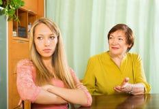 2 женщины деля плохую новость Стоковое Изображение RF
