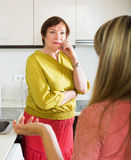 2 женщины деля плохую новость Стоковое Фото