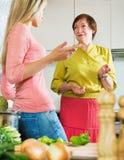 2 женщины деля плохую новость Стоковая Фотография RF