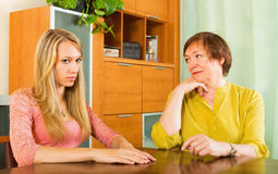 2 женщины деля плохую новость Стоковое Изображение