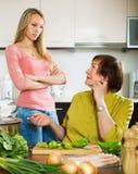 2 женщины деля плохую новость Стоковые Изображения RF