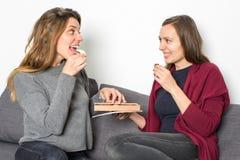 2 женщины деля шоколады Стоковые Изображения RF