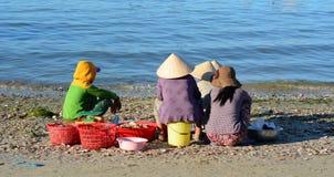 Женщины ждать на рыбацком поселке в Phan Thiet, Вьетнаме Стоковое фото RF