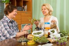 2 женщины заваривая травяной чай Стоковые Изображения