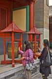 Женщины закручивая колеса молитве, висок лама, Пекин стоковые фотографии rf
