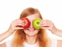 Женщины закрывая с глазами 2 яблока белизна изолированная предпосылкой Стоковые Фотографии RF