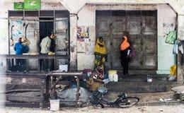 Женщины Занзибара приходя получить бананы Стоковые Изображения