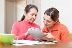 Женщины заполняют внутри счеты оплат Стоковое Изображение