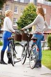 2 женщины задействуя через городской парк совместно Стоковые Изображения RF